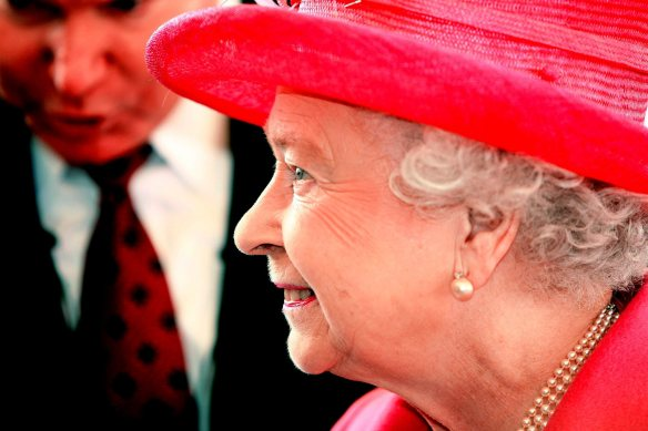 manchester evening news  21/05/09 shift news  her majesty the queen visits the heinz factory at wigan pic by Simon Pendrigh